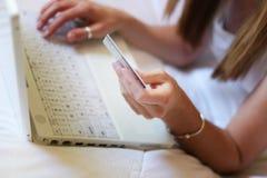 Vrouw en laptop Stock Foto's