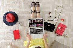 Vrouw en laptop met manier blogger plaats op vloer royalty-vrije stock fotografie