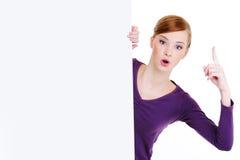Vrouw en leeg aanplakbord met lift omhoog wijsvinger stock afbeelding