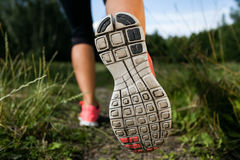 Vrouw en loopschoenen in bos, het uitoefenen Stock Foto