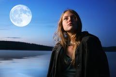 Vrouw en maan Stock Afbeeldingen