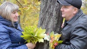 Vrouw en man in de herfstpark stock videobeelden
