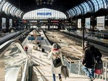 Vrouw en man die de treden dalen in Hauptbahnhof royalty-vrije stock foto's