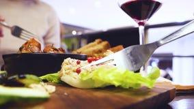 Vrouw en man die diner in veganist bio organisch restaurant delen stock footage