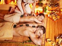 Vrouw en man die massage in kuuroord krijgen. royalty-vrije stock afbeelding