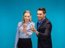 Vrouw en man die met het virtuele scherm werken royalty-vrije stock afbeelding