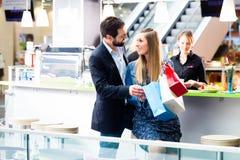 Vrouw en man die in wandelgalerij winkelen Royalty-vrije Stock Afbeelding