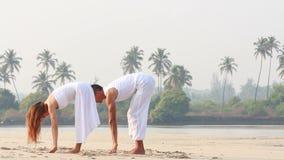 Vrouw en man die yoga doen stock video