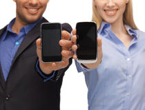 Vrouw en man handen met smartphones Royalty-vrije Stock Afbeeldingen