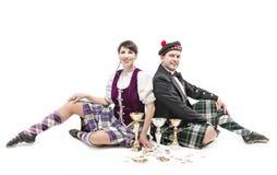 Vrouw en man het dansen Schotse dans met koppen en medailles Stock Foto's