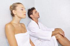 Vrouw en man het ontspannen na sauna royalty-vrije stock foto's