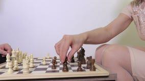 Vrouw en man het spelen schaak stock footage
