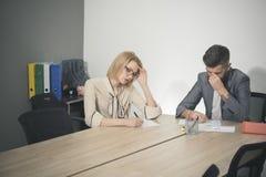 Vrouw en man het werk samen bij bureau De onderneemster en de zakenman hebben commerciële vergadering in bureau Geconcentreerd op royalty-vrije stock foto's