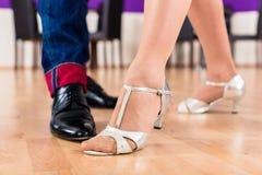 Vrouw en man met haar dansende schoenen Stock Foto
