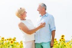 Vrouw en man, oudsten, die in liefde omhelzen Stock Foto's