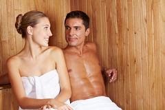 Vrouw en man in sauna Stock Afbeeldingen