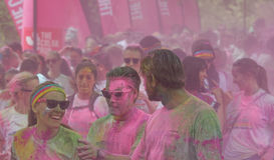 Vrouw en mannen omvat met het roze kleurenpoeder lopen Royalty-vrije Stock Fotografie