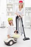 Vrouw en meisje die de ruimte schoonmaken Stock Afbeeldingen