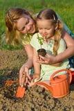 Vrouw en meisje die gezond voedsel kweken Stock Afbeeldingen