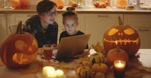 Vrouw en meisje die laptop het scherm bekijken stock footage