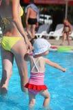 Vrouw en meisje die paddelen pool blijven Royalty-vrije Stock Fotografie