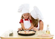 Vrouw en meisje die pizza maken stock fotografie