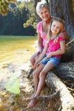 Vrouw en meisje die samen vissen Stock Fotografie