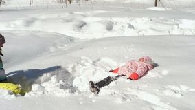 Vrouw en meisje die sneeuw werpen stock video