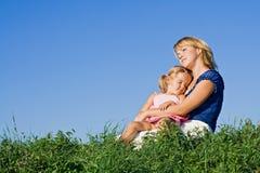Vrouw en meisje die van zonneschijn genieten Royalty-vrije Stock Foto's