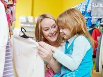 Vrouw en meisje het winkelen kleren Stock Afbeelding