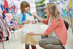 Vrouw en meisje het winkelen kleren Royalty-vrije Stock Foto