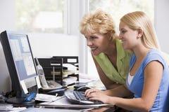 Vrouw en meisje in huisbureau met computer Stock Fotografie