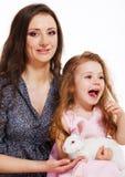 Vrouw en meisje met konijn Stock Afbeeldingen