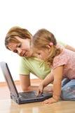 Vrouw en meisje met laptop stock afbeeldingen