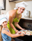 Vrouw en meisjesbakselpizza thuis Royalty-vrije Stock Foto's