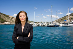 Vrouw en moorage met boten stock afbeelding