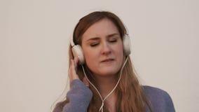Vrouw en Muziek stock videobeelden