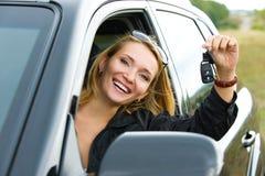 Vrouw en nieuwe zwarte auto Stock Afbeeldingen