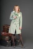 Vrouw en oude koffers Stock Fotografie