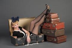 Vrouw en oude koffers Royalty-vrije Stock Afbeelding