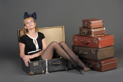 Vrouw en oude koffers Stock Afbeeldingen