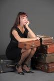 Vrouw en oude koffers Stock Afbeelding