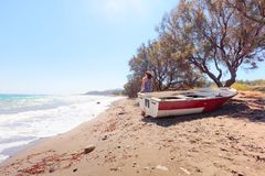 Vrouw en oude vissersboot royalty-vrije stock foto
