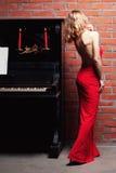 Vrouw en piano Royalty-vrije Stock Afbeeldingen