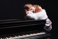 Vrouw en piano Royalty-vrije Stock Foto's