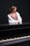 Vrouw en piano Stock Foto