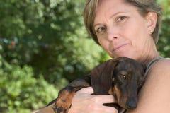 Vrouw en puppy stock afbeeldingen