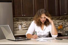 Vrouw en rekeningen royalty-vrije stock afbeelding