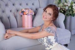 Vrouw en roze bloemen stock foto