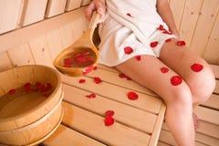 Vrouw en sauna Stock Fotografie